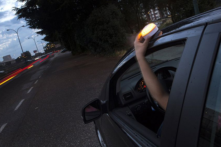 Help-flash, is a light device that allows immediate signaling of any obstacle on the road
